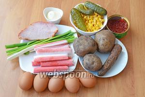 Для приготовления салата с крабовыми палочками и красной икрой вам понадобится морковь, картофель, яйца куриные, икра красная, кукуруза, огурцы-корнишоны, крабовые палочки, лук зелёный, карбонад (корейка) и майонез.