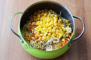 Пересыпаем натёртые ингредиенты в большую кастрюлю. Кладём консервированную кукурузу.