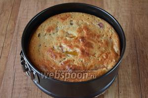 Когда пирог будет готов, достаём его из духовки, даём полностью остыть.
