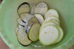 Перекладываем резаные овощи в глубокую миску, добавляем соль.