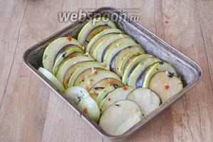 Форму для выпечки смазать подсолнечным маслом. Перекладываем в форму овощи, чередуя баклажан с кабачком.