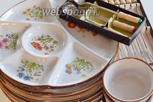 Обращаю ваше внимание на посуду для мясного фондю. Тарелки с 5-6 выемками для соусов и длинные вилки для мяса. И чашечки с ложками для соусов.