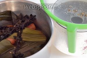 Варим бульон. Концентрированный бульон разводим 1.5 л воды или уже готовый закипятим. Добавим все овощи: лук, морковь, корень сельдерея. Также засыпаем все специи. После закипания, убавим огонь на слабый и оставим томиться на 1 час. Процедим от овощей. Перенесём кастрюлю на рехауд-настольную  печь, держим очень горячим.