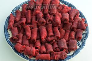 Каждый ломтик мяса заворачиваем плотно. Получаются вот такие рогалики.