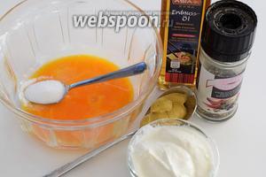 Пока варится бульон, готовим соусы. Главным составным для соусов является «лёгкий» майонез. Все ингредиенты должны быть комнатной температуры. Данное количество майонеза рассчитано на 2 соуса. Если будете готовить все предлагаемые 6 соусов, тогда порцию утраиваем. Для 1 соуса нам понадобится 0,5 порции готового майонеза.