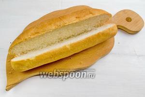 Булочку для хот-дога аккуратно разрезать пополам, вдоль, не дорезая до конца.