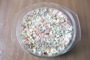 Перемешать все ингредиенты с майонезом и сметаной. Салат со свиным языком готов. Подаём на обед или ужин в качестве закуски.
