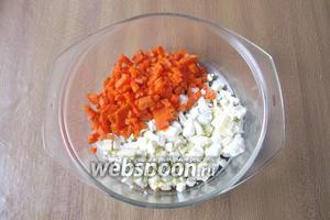 Морковь сварить в кожуре. Охладить, почистить и также нарезать мелким кубиком.