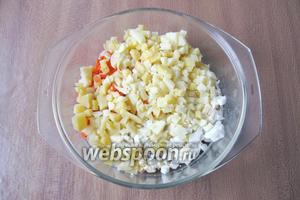 Сваренный в «мундире» картофель хорошо охладить и почистить. Нарезать также, как и морковь.