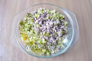 Маринованный огурец мелко нарезать и добавить в салат.