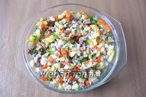 Салат посолить и поперчить по вкусу, перемешать. Учтите, что огурец, свиной язык и майонез уже содержат соль.
