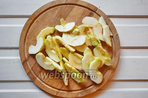 Яблоки нарежем на тонкие дольки, вырезав сердцевину.