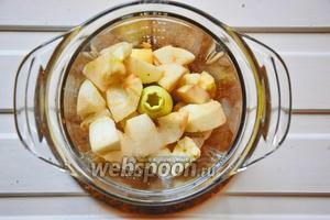 Желатин замочить в холодной воде и дать ему набухнуть. Яблоки очистить от шкурки и семечек, нарезать на кубики и измельчить вместе с лимонным соком, ромом и сахаром.