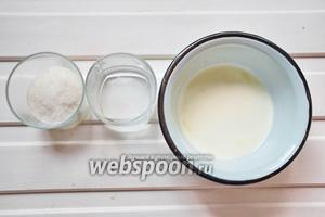 Сделать карамель из сливок, воды, сахара. Нагреть сливки до горячего состояния. Из сахара и воды сделать карамель, влить горячие сливки и перемешать.