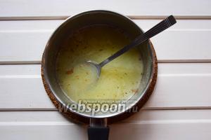 В карамель, что приготовили в шаге 21, добавить корицу и нагреть.