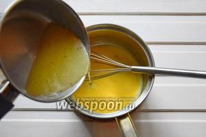 Вылить карамель в смесь яиц с сахаром и помешивая, вернуть на огонь. Довести до 83°С, сделав английский крем.