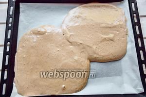 Выльем тесто на противень, в форме 2 кругов для нашей будущей формы, диаметром 20 см.
