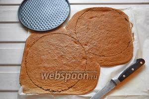 Выпекать при 180°С 10 минут. Остудить и вырезать 2 круга по 20 см каждый. Бисквит можно испечь заранее, за 1-3 дня, замотав полностью остывший бисквит в пищевую плёнку и хранить его в холодильнике на нижней полке.