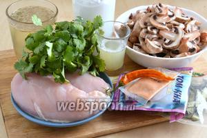 Подготовьте необходимые ингредиенты: смесь «Том Кха» (или корень калгана), кокосовые сливки, куриный бульон, тайский перчик чили, шампиньоны (можно вёшенки или шиитаке), пасту лемонграсса (или 2 стебля лемонграсса), листья каффир-лайма (у меня сухие) и сок свежих лаймов. Также понадобится соевый (или тайский рыбный) соус и зелень кинзы для подачи.