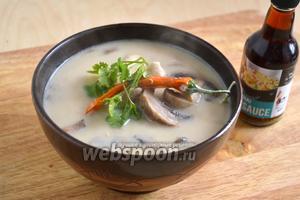 Разлейте горячий суп по тарелкам, добавьте зелень кинзы, приправьте по вкусу рыбным или соевым соусом. Приятного аппетита!