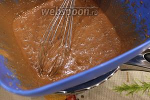 Теперь сооружаем водяную баню и продолжим взбивать массу на горячей водяной бане 10 минут. Когда шоколадная масса будет взбита — отставляем в сторону и даём остыть.