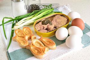Для приготовления тарталеток понадобятся вафельные или слоёные тарталетки, печень трески, яйца отваренные вкрутую, зеленый лук, соль, перец и растительное масло.