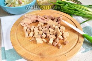 Печень трески вынуть из масла и промокнуть салфеткой. Нарезать небольшим кубиком и добавить к яичным белкам.  Масло из банки не сливаем. Будем использовать для заправки.
