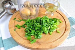 Теперь готовим зелёную заправку для салата. Для этого к желткам добавить масло из банки печени трески и произвольно нарезанный лук. Пробить всё блендером до однородного состояния. Нам нужна консистенция майонеза, поэтому нужно будет добавить ещё немного подсолнечного масла. Добавляем понемногу и доводим до нужной нам консистенции. Количество подсолнечного масла может отличаться от указанного, всё зависит от количества масла, которое оставалось в банке. Приправить по вкусу солью и перцем.