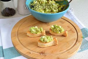 Начинить тарталетки салатом. Лучше это конечно делать перед подачей, особенно в случае с вафельными тарталетками.