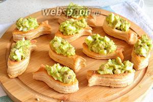 Тарталетки с печенью трески и зелёной заправкой готовы.