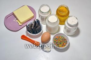 Для приготовления теста понадобятся такие ингредиенты: молоко, мука, сахар, сливочное масло и разрыхлитель. Для приготовления помадки понадобится шоколад, молоко и сахар. Для декора — сахарный бисер.
