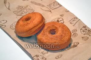 Обжариваем пончики с обеих сторон, примерно по 1-1,5 минуты. Готовые пончики выкладываем на пекарскую бумагу, чтобы убрать лишний жир.