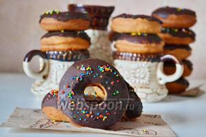 И сразу же посыпаем разноцветными сахарными шариками. Пончики Донатс готовы. Приятного аппетита.