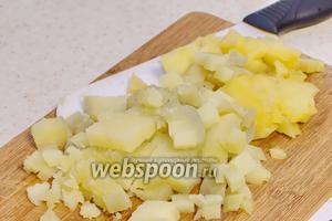 Картофель заранее отварите, охладите, порежьте. Переложите в миску.