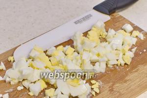 Яйца тоже отварите и порежьте.