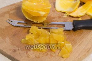 Апельсины очистите от кожуры и мякоть порежьте.