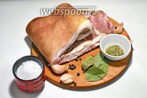 Подготавливаем необходимые ингредиенты: свиная подчрёвина, чеснок, лавровый лист, перец чёрный душистый, прованские травы и морскую соль.