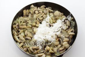 Добавьте пшеничную муку. Перемешайте. Обжарьте 1-2 минуты.