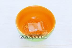 Сначала приготовим «Вишнёвый конфи с коньяком». Заранее замачиваем желатин (6 г) в очень холодной воде (36 г), в пропорции 1:6. Если вода недостаточно холодная, я заменяю часть воды кусочками льда (лёд в пересчёте к 100 мл воде составляет 92 г), это помогает сохранить желирующие свойства желатина. Оставляем для набухания минут на 40-60 (в соответствии с инструкцией). У меня желатин порошковый.