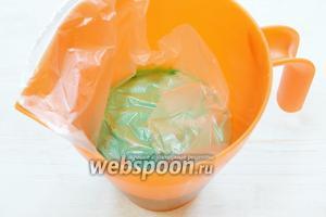 Если пробили без пузырьков, отлично, сразу накрываем глазурь пищевой плёнкой в контакт, так как глюкозный сироп образует плёночку на глазури. Если противные пузырьки образовались, нужно процедить глазурь в другой кувшин через мелкое сито и накрыть плёнкой. Всё, ставим в холодильник на 12 часов или на ночь, чтобы глазурь созрела.