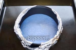Подготовим кольцо от разъёмной формы, диаметром 18 см. Кольцо устанавливаем на силиконовый круг, внизу фольга, заворачиваем фольгу на края формы. Перекладываем тесто в форму и выпекаем при 160°С до готовности, около 25-30 минут.