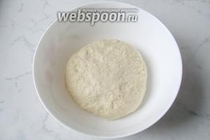 Замесить мягкое, эластичное тесто. Накрыть миску с тестом пищевой плёнкой и поставить в тёплое место.