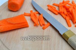 Морковь очищаем и нарезаем соломкой.