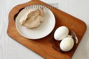 Отвариваем до готовности куриное филе и яйца, охлаждаем.