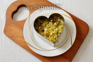 2 слой — мелко порезанные огурцы и измельчённый чеснок, майонез.