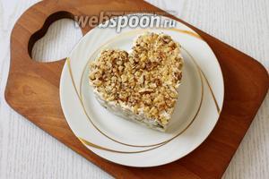Орехи обжариваем на сухой сковороде, измельчаем и посыпаем салат. Наш салат готов. Приятного аппетита!