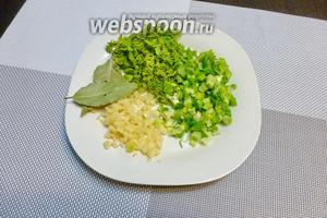 Зелень укропа, петрушки и зелёного лука нарежем, чеснок мелко нарубим.