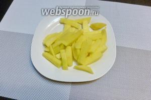 2 картофелины нарежем брусочками.