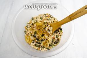 Мёд немного нагреть на водяной бане, смешать с маслом. Добавить медовую смесь и ванильную эссенцию в сухую массу.