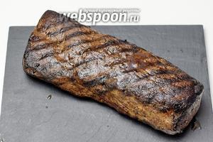 Все уже за столом, так как мясо не любит ждать. Сервируем и разрезаем на порции. Можно сохранить филе горячем ещё на 1 час в духовке при 60°С. Приятного аппетита!